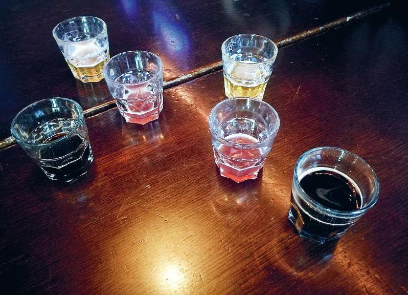 olutlaseja pöydällä