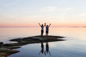 ihmiset seisoo veden äärellä