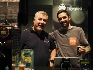 kaksi miestä ja olut