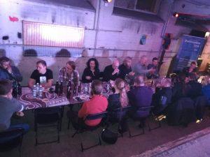 Ihmiset istuvat ja maistelevat oluita