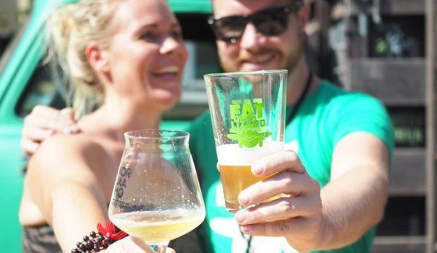 Mies ja nainen pitävät olutlasja