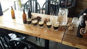Kuvassa pieniä olutlaseja ja olutpulloja