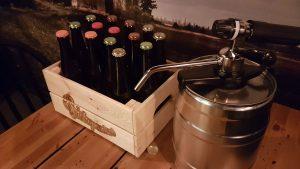 Kuvassa olutkori ja oluthana pöydällä.
