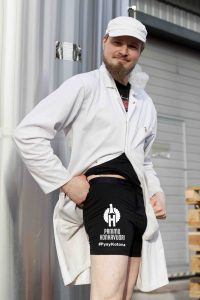 Mies esittelee alushousuja