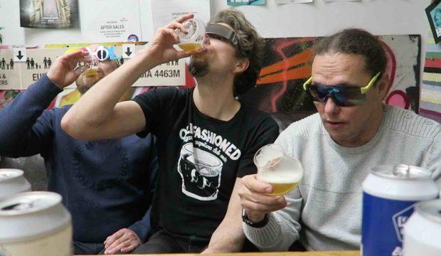 miehet juovat olutta