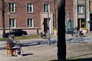 Mies istuu puistossa