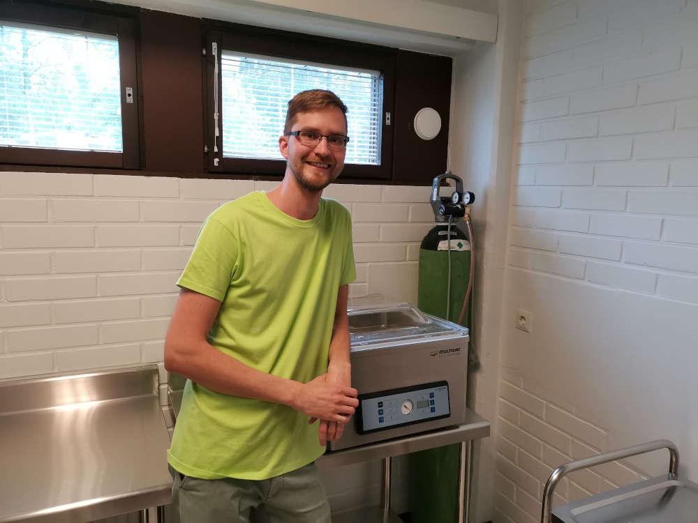 Brewing simplified yrittäjä poseeraamassa vakuumikoneen vieressä