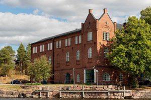 Kuvassa suuri punatiilinen rakennus