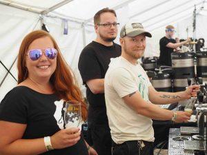 Kolme ihmistä juo olutta
