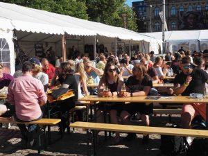 Ihmisiä olutfestivaaleilla