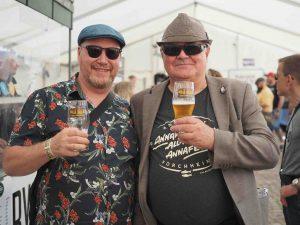 Kaksi miestä juo olutta