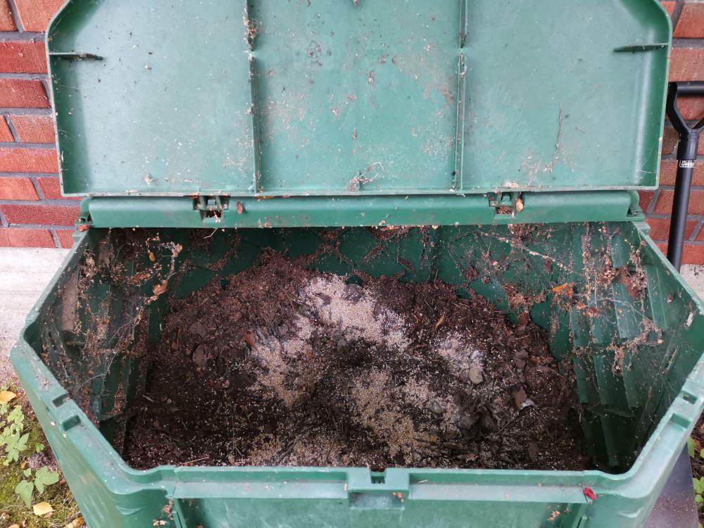 Kuvassa mäskiä kompostoitumassa