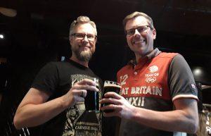 Kaksi miestä ja olut lesit