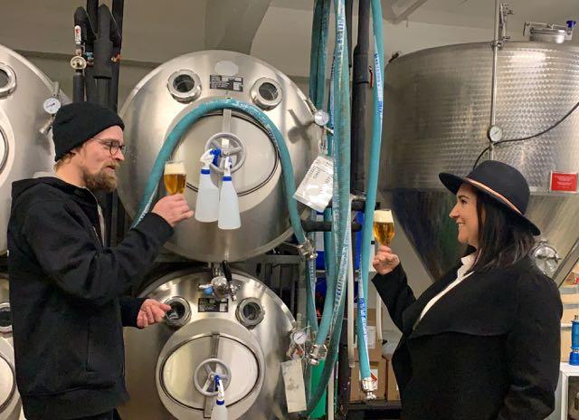 MIes ja nainen pitelevät olutlasia