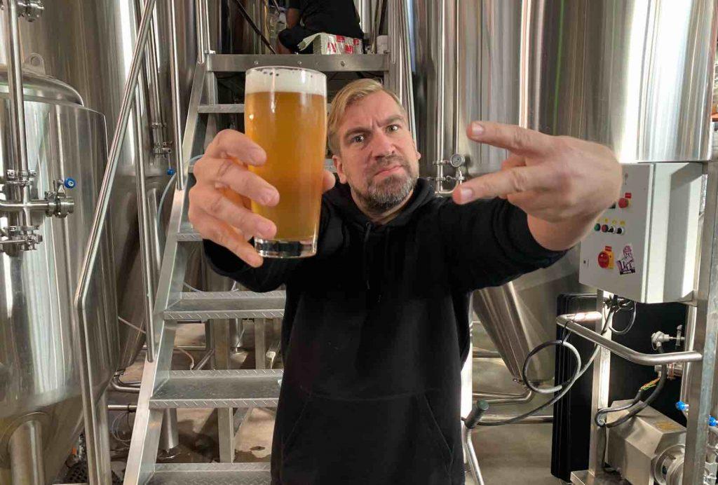 Mies pitelee olutlasia