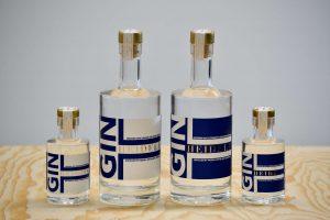 Kuvassa gin pulloja