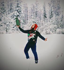 Mies tanssii lumihangessa