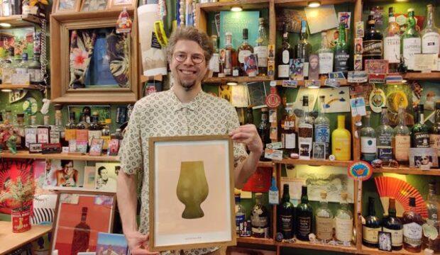 Mies ja satoja viskipulloja