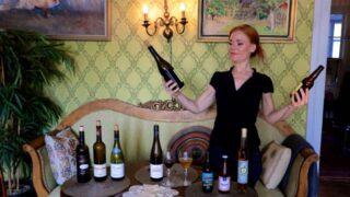 Nainen pitelee olut- ja viinipulloa