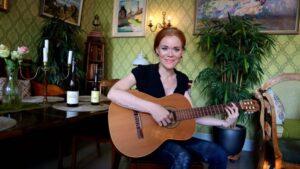 Nainen soittaa kitaraa