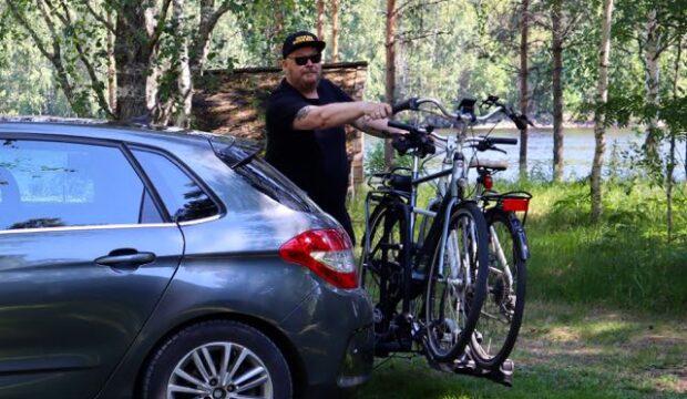 Mies, polkupyörät ja auto