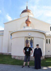 kaksi miestä luostarin edessä
