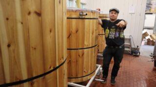 mies seisoo olutsammion vieressä