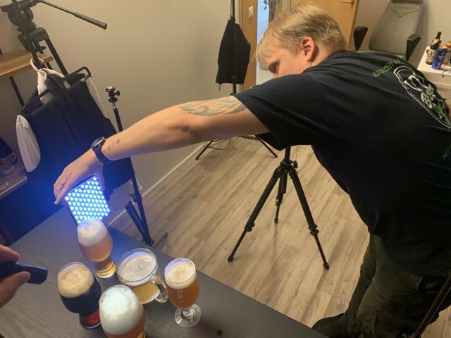 mies näyttää valoa oluttuopeille