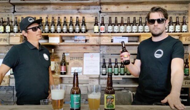 Kaksi miestä ja olutpullot
