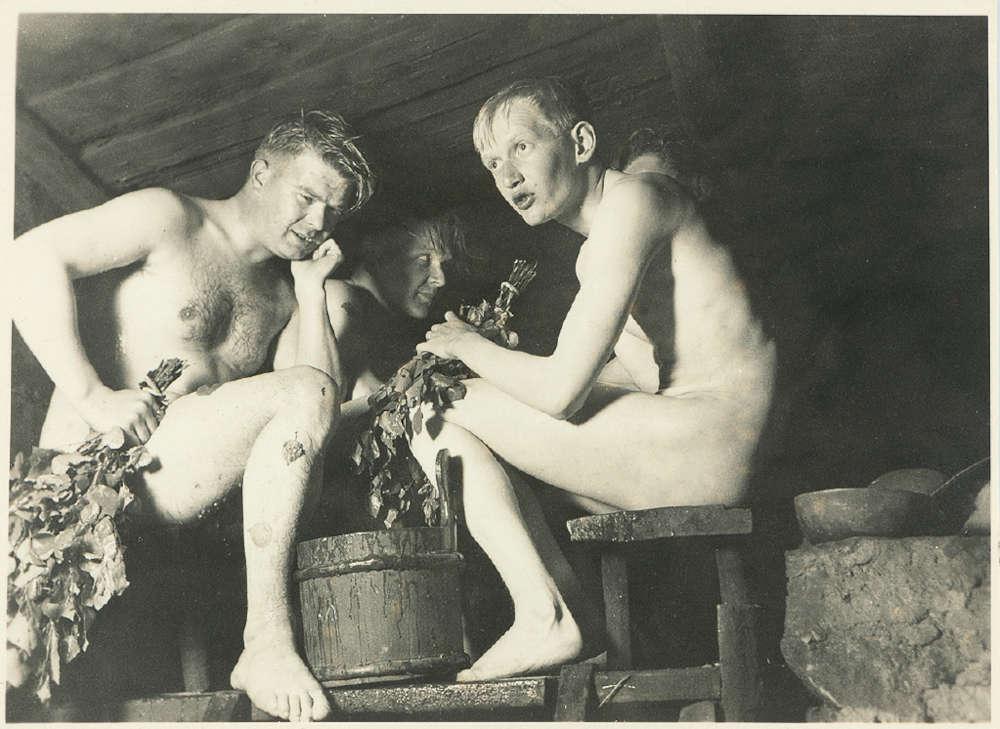 miehiä saunassa