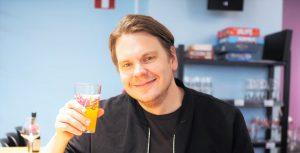 Kuvassa mies ja olutlasi